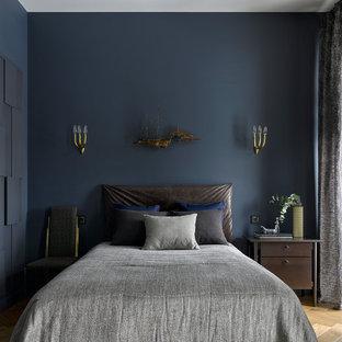 Неиссякаемый источник вдохновения для домашнего уюта: хозяйская спальня в стиле современная классика с синими стенами, светлым паркетным полом и бежевым полом