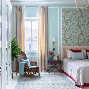 Свежая идея для дизайна: спальня среднего размера в классическом стиле с синими стенами, серым полом и обоями на стенах - отличное фото интерьера