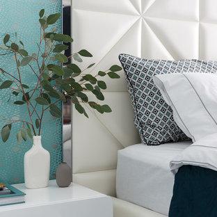 Пример оригинального дизайна: маленькая хозяйская спальня в современном стиле с белыми стенами, полом из керамогранита и белым полом
