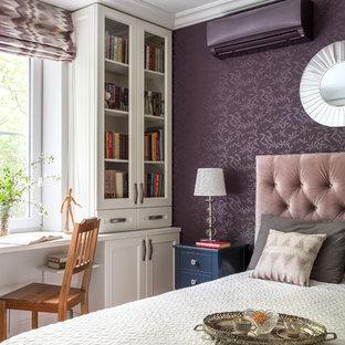 Réalisation d'une chambre parentale tradition avec un mur violet.
