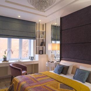На фото: хозяйские спальни в стиле современная классика с белыми стенами, светлым паркетным полом и бежевым полом