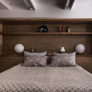 Идея дизайна: спальня на антресоли в современном стиле с белыми стенами