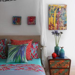 Diseño de dormitorio principal, bohemio, con paredes blancas, suelo de madera clara y suelo beige