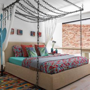 Imagen de dormitorio tipo loft, ecléctico, pequeño, con paredes blancas, suelo de madera pintada y suelo beige