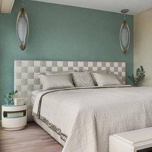 На фото: с высоким бюджетом хозяйские спальни в современном стиле с зелеными стенами, паркетным полом среднего тона и коричневым полом
