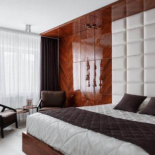 На фото: большая хозяйская спальня в современном стиле с коричневыми стенами, светлым паркетным полом и белым полом