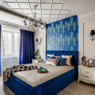 Идея дизайна: хозяйская спальня в современном стиле с серыми стенами, бежевым полом и паркетным полом среднего тона