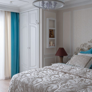 Exemple d'une grande chambre parentale méditerranéenne avec un mur blanc, un sol en bois peint et un sol beige.