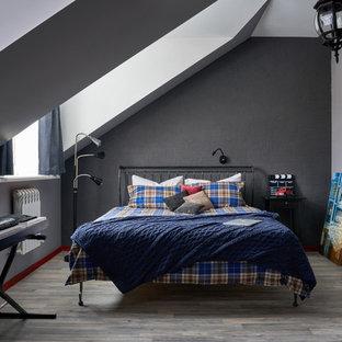 Идея дизайна: спальня в современном стиле с черными стенами, серым полом и паркетным полом среднего тона