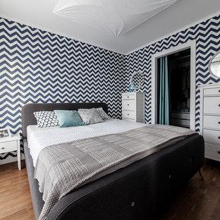 На фото: маленькая хозяйская спальня в современном стиле с разноцветными стенами, паркетным полом среднего тона и коричневым полом с