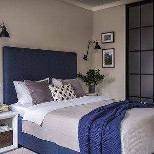 Новый формат декора квартиры: маленькая хозяйская спальня в современном стиле с бежевыми стенами, паркетным полом среднего тона и коричневым полом