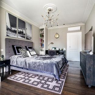 Неиссякаемый источник вдохновения для домашнего уюта: хозяйская спальня в стиле современная классика с бежевыми стенами, паркетным полом среднего тона и коричневым полом