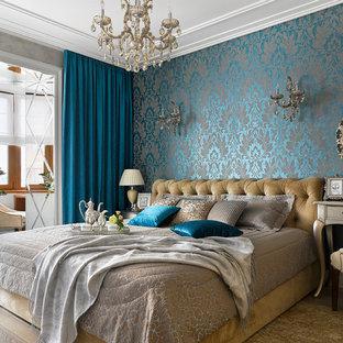 Пример оригинального дизайна: хозяйская спальня в классическом стиле с светлым паркетным полом, синими стенами и бежевым полом