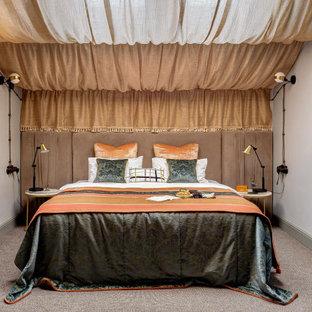 Пример оригинального дизайна: хозяйская спальня в восточном стиле с белыми стенами, ковровым покрытием и серым полом
