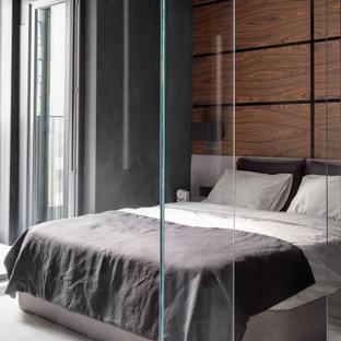 На фото: хозяйские спальни в современном стиле с коричневыми стенами и белым полом