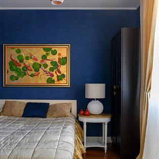 Modelo de dormitorio principal, clásico renovado, pequeño, con paredes azules, suelo laminado y suelo marrón