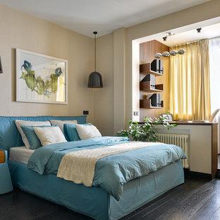 Imagen de dormitorio principal, contemporáneo, de tamaño medio, con paredes beige, suelo de madera pintada y suelo negro