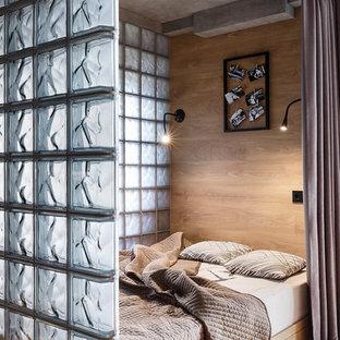 Modelo de dormitorio contemporáneo, pequeño, sin chimenea, con paredes beige, suelo de madera clara y suelo beige