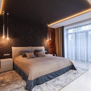 Неиссякаемый источник вдохновения для домашнего уюта: большая хозяйская спальня в современном стиле с разноцветными стенами, светлым паркетным полом и бежевым полом