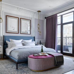 Свежая идея для дизайна: большая хозяйская спальня в современном стиле с светлым паркетным полом, серыми стенами и коричневым полом - отличное фото интерьера