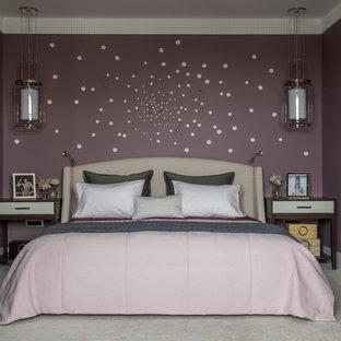 Идея дизайна: хозяйская спальня среднего размера в стиле современная классика с ковровым покрытием, бежевым полом и фиолетовыми стенами без камина