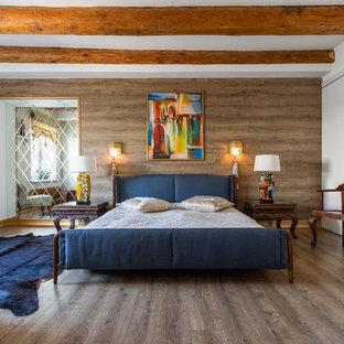 Неиссякаемый источник вдохновения для домашнего уюта: спальня в средиземноморском стиле с коричневыми стенами, паркетным полом среднего тона и коричневым полом
