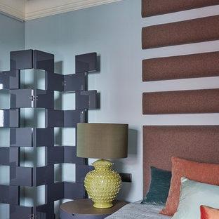 Неиссякаемый источник вдохновения для домашнего уюта: спальня в стиле современная классика с синими стенами и паркетным полом среднего тона