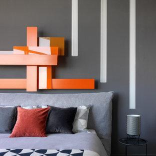 Свежая идея для дизайна: маленькая хозяйская спальня в современном стиле с серыми стенами, темным паркетным полом и коричневым полом без камина - отличное фото интерьера