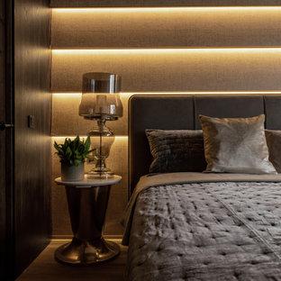 Modelo de dormitorio principal y papel pintado, tradicional renovado, pequeño, papel pintado, con paredes marrones, suelo de madera oscura, suelo marrón y papel pintado