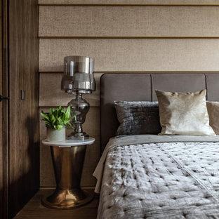 Свежая идея для дизайна: маленькая хозяйская спальня в современном стиле с коричневыми стенами, темным паркетным полом, коричневым полом, обоями на стенах и деревянными стенами - отличное фото интерьера