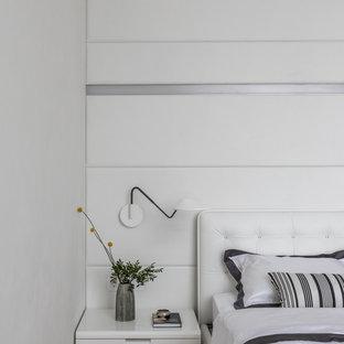 Источник вдохновения для домашнего уюта: большая хозяйская спальня в современном стиле с белыми стенами, паркетным полом среднего тона и коричневым полом