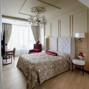 Пример оригинального дизайна: спальня в стиле современная классика с бежевыми стенами, светлым паркетным полом и бежевым полом без камина