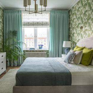 Diseño de dormitorio principal, exótico, sin chimenea, con paredes verdes y suelo de madera en tonos medios