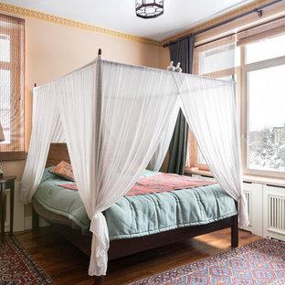 Свежая идея для дизайна: спальня в стиле фьюжн с розовыми стенами, темным паркетным полом и коричневым полом - отличное фото интерьера