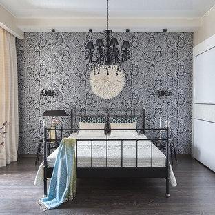 Удачное сочетание для дизайна помещения: хозяйская спальня в стиле фьюжн с разноцветными стенами и темным паркетным полом - самое интересное для вас