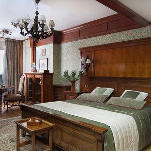На фото: хозяйская спальня в викторианском стиле с зелеными стенами, паркетным полом среднего тона и коричневым полом с