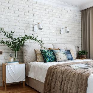Свежая идея для дизайна: хозяйская спальня в современном стиле с бежевыми стенами и светлым паркетным полом - отличное фото интерьера