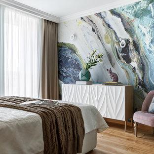 Стильный дизайн: спальня в современном стиле с синими стенами и светлым паркетным полом без камина - последний тренд
