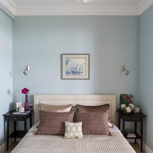 Inredning av ett modernt litet huvudsovrum, med grå väggar, ljust trägolv och beiget golv