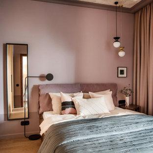 Идея дизайна: маленькая хозяйская спальня в современном стиле с розовыми стенами, коричневым полом и паркетным полом среднего тона