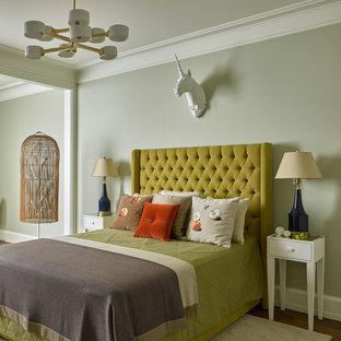 Пример оригинального дизайна: спальня в стиле современная классика с серыми стенами, паркетным полом среднего тона и желтым полом