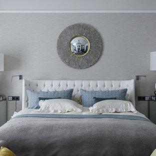 На фото: хозяйская спальня в современном стиле с серыми стенами с