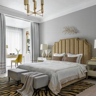 Идея дизайна: большая хозяйская спальня в стиле современная классика с серыми стенами, светлым паркетным полом и бежевым полом