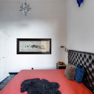 Diseño de dormitorio principal, urbano, pequeño, con paredes beige, suelo laminado y suelo gris