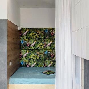 Источник вдохновения для домашнего уюта: спальня среднего размера в стиле лофт с разноцветными стенами, светлым паркетным полом и бежевым полом