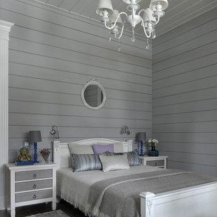 На фото: гостевая спальня в стиле кантри с серыми стенами, темным паркетным полом и коричневым полом с