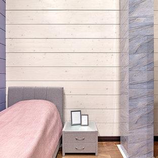 モスクワの中サイズのコンテンポラリースタイルのおしゃれな客用寝室 (マルチカラーの壁、無垢フローリング、茶色い床) のインテリア