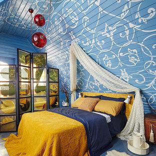 Immagine di una camera matrimoniale eclettica con pareti blu, pavimento in legno verniciato e pavimento blu