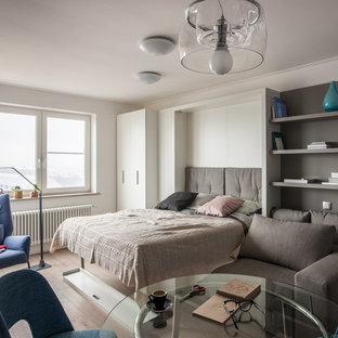 Свежая идея для дизайна: спальня среднего размера в современном стиле с белыми стенами, светлым паркетным полом и бежевым полом - отличное фото интерьера