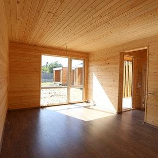 Imagen de habitación de invitados minimalista, pequeña, con paredes blancas, suelo laminado y suelo marrón